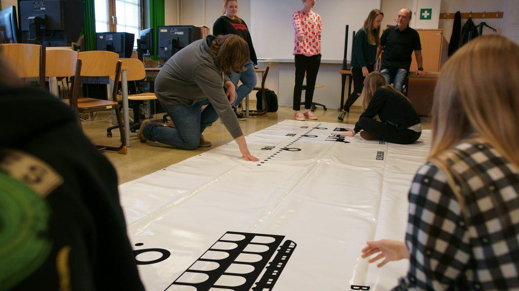 SchülerInnen der 2MFa beim Herstellen des Transparents