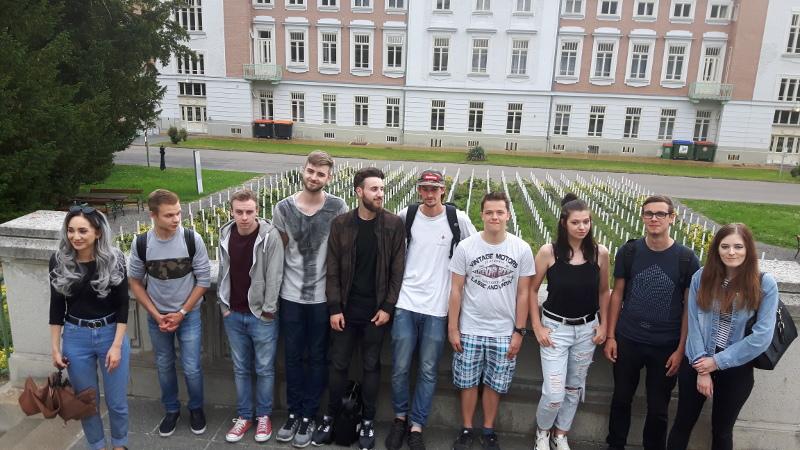 Gruppenfoto der SchülerInnen der 3MFa der CGG beim Besuch am Spiegelgrund
