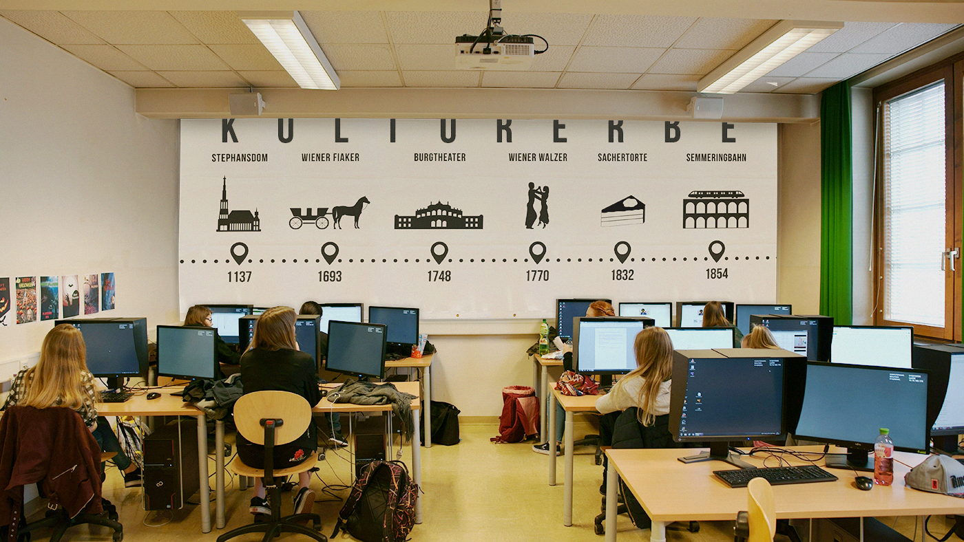 Foto vom Klassenzimmer mit den SchülerInnen beim Arbeiten